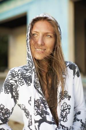 casual hooded top: Mujer de mediana edad en tapa encapuchada