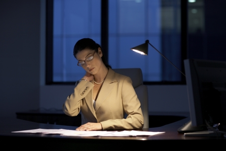 b�roangestellte: Weibliche B�roangestellte sp�t arbeiten Lizenzfreie Bilder