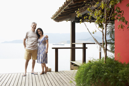 cabane plage: Couple d'�ge m�r par la cabane de plage