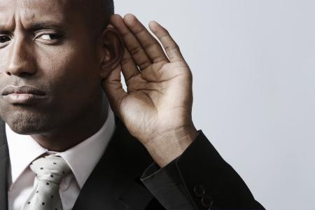 personas escuchando: Empresario escuchar con la mano en la oreja