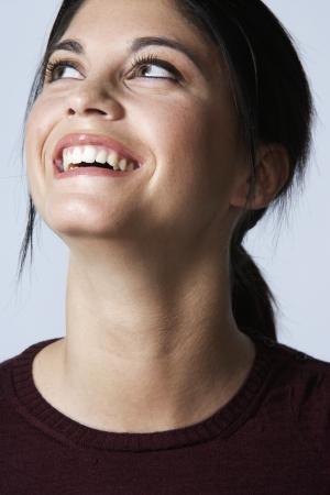 femme qui rit: Jeune femme riant Banque d'images