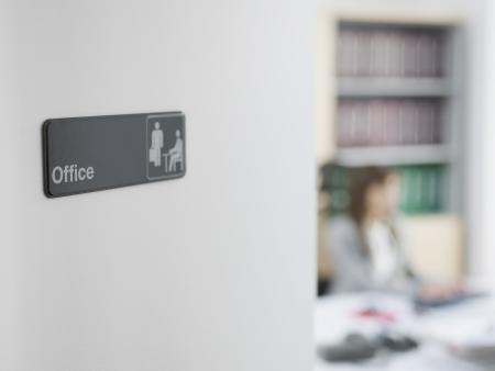 trabajador oficina: Entrar Oficina, Oficina trabajo en el fondo