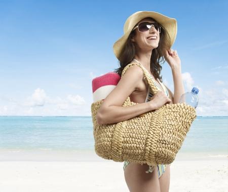 femme qui rit: Rire de jeune femme sur la plage
