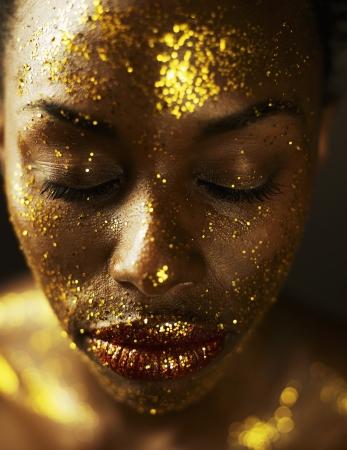 giovane donna: Giovane donna coperta in Gold Leaf