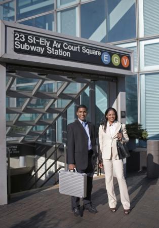 station m�tro: Femme d'affaires et homme d'affaires � la station de m�tro