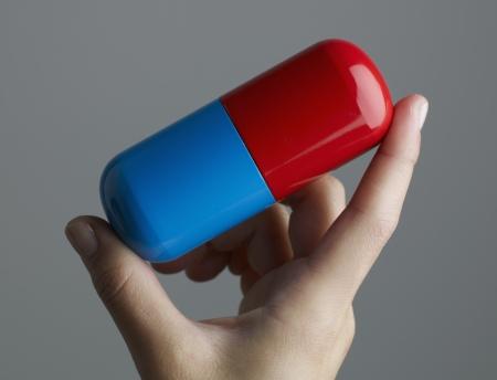 przewymiarowany: Woman Holding Oversized Pill