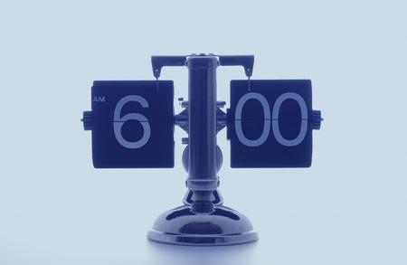 o�??clock: Reloj que muestra seis, fondo blanco Foto de archivo