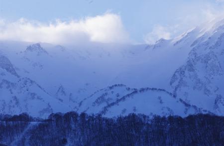 꼭대기가 눈으로 덮인: Snowcapped mountain peak