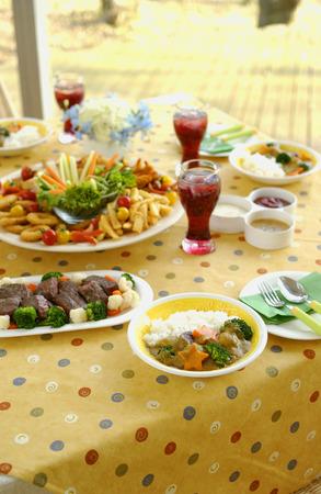 tavolo da pranzo: Piatti del partito sul tavolo da pranzo Archivio Fotografico