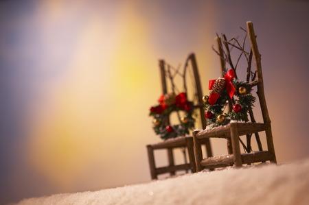 coronas navidenas: Sillas con guirnaldas de Navidad.