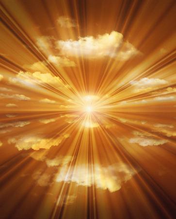 breaking through: Rayos de sol rompiendo nubes