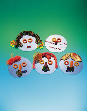 male likeness: Cinco m�scaras, fondo de color