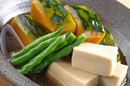 freeze dried: Platos de Olla de una calabaza japonesa y liofilizado tofu