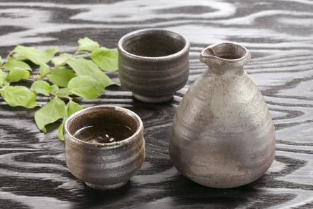 japanese sake: Botella de sake japon�s y copas