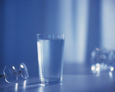tomando agua: Agua potable