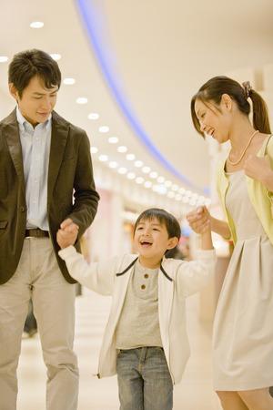 ni�os de compras: familia japonesa en un centro comercial