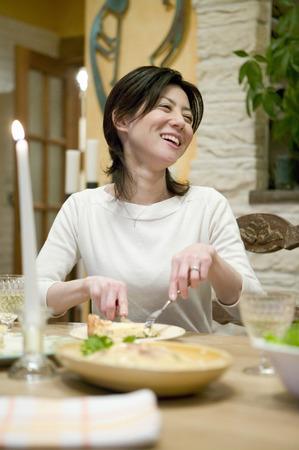 femme qui rit: Femme rire tout en profitant de cheesecake Banque d'images