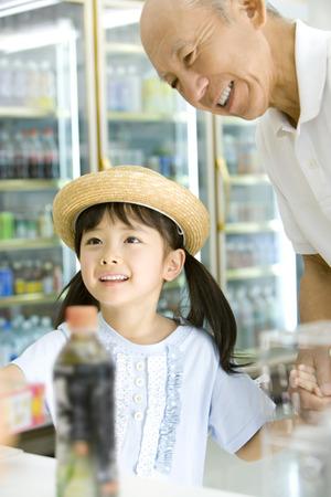 family mart: Ragazza e nonno in negozio
