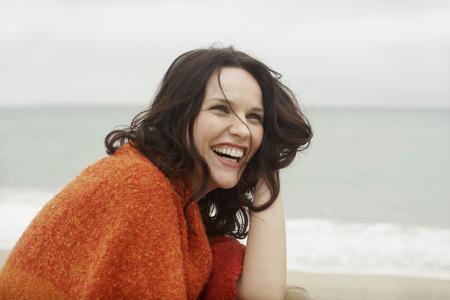 femme qui rit: Femme riant joyeusement en bord de mer