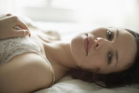 mujer descansando: Mujer que se reclina en la cama