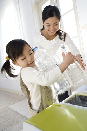 leere flaschen: Daughter helping mother to carry empty bottles