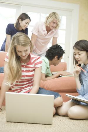 alumnos estudiando: Los estudiantes que estudian en un grupo Foto de archivo