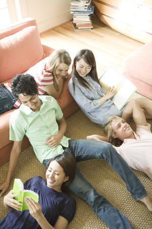 alumnos estudiando: Students studying Foto de archivo