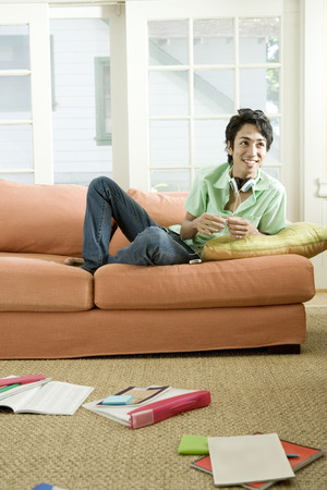 kanapa: Student relaxing on couch