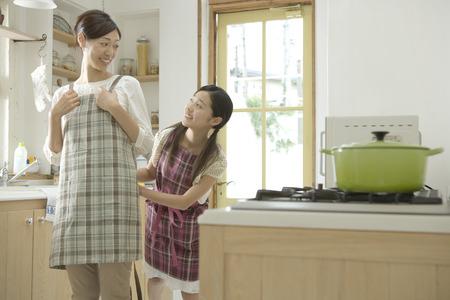 delantal: Madre e hija en la cocina