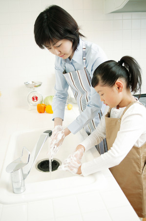 7 9 years: Mother and daughter Washing Hands