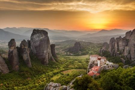 Meteora Roussanou klooster bij zonsondergang, Griekenland