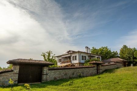 casa vecchia: Un muro di pietra e una vecchia casa da Arbanasi, Bulgaria. Archivio Fotografico