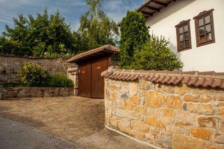casa vecchia: Un muro di pietra e una vecchia casa da Arbanasi, Bulgaria