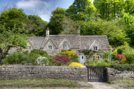 gloucestershire: Typical Cotswolds garden in Bibury Stock Photo