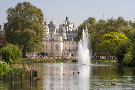 st jamess: Horse Guards Parade, view from St. Jamess Park, photo taken in London, UK