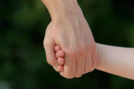 vaderlijk: Moeder Holding Daughter's Hand Stockfoto