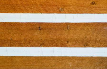Siding zum Log Cabin Abdichtung durch Klimperei Standard-Bild - 16987730