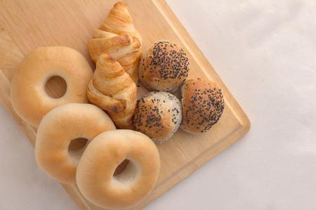 tranches de pain: Différents types de pain sur le fond du bois Banque d'images