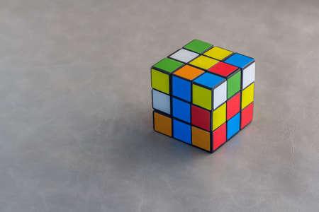 cubo: Cubo de Rubik en background.jpg gris Foto de archivo