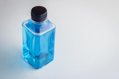 mouthwash: Botella de plástico de enjuague bucal sobre fondo blanco