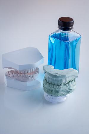 molares: conjunto de pr�tesis de resina acr�lica con enjuague bucal en el vector blanco