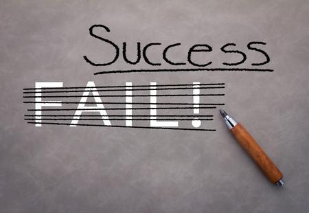 competitividad: concepto de éxito con el lápiz y el éxito de la palabra sobre fondo gris