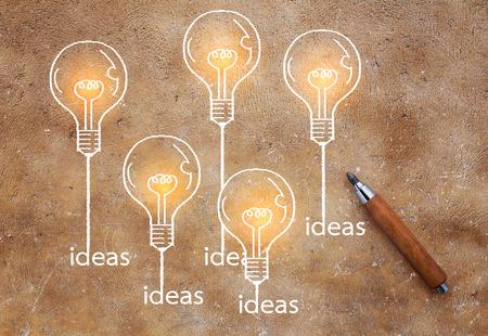 bulbos creciendo dibujo sobre fondo marrón Concepto de ideas de creatividad