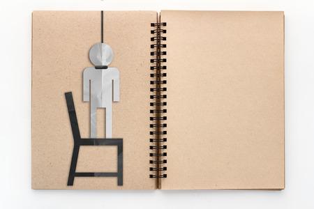 ahorcado: Sketchbook abierto de la vendimia con el reciclaje del ahorcado de corte de papel con fondo blanco