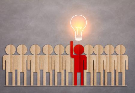 uomo rosso: uomo di carta rossa con la lampadina bagliore in testa idee concetto di creativit� Archivio Fotografico