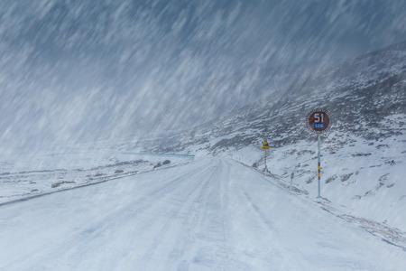 Straßenabdeckung mit Schnee in einem Schneesturm in China Standard-Bild