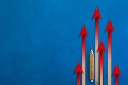 Chef de file rouge Concept d'entreprise. Illustrations commerciales et compétition sportive sur fond bleu. flèche se levant avec un espace de copie gratuit pour votre texte