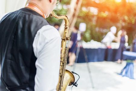 Manos del juego del novio en el saxofón Foto de archivo