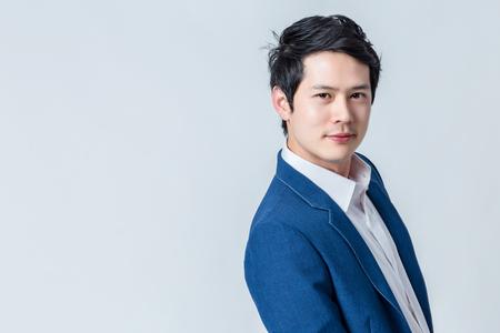 asiatisch smart und gut aussehend Mann mit weißem Hemd und schwarzer Hose Studio Foto-Shooting Isolathintergrund Standard-Bild