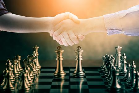 ビジネスのアイデアの競争と成功のコンセプト チェス ボード ゲーム コンセプト